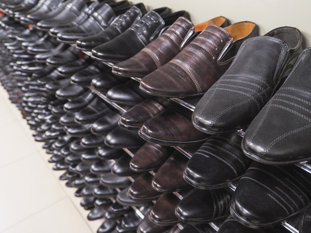 Счетчик с черными туфлями. много обуви на стойке в дьюти фри.