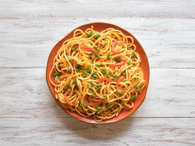 皿に野菜とシェズワン麺
