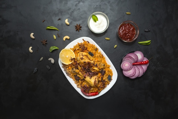Курица макбоус аль-тахера, традиционная еда в арабском регионе. ближневосточная еда.