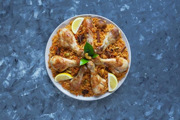 黒いテーブルの上のチキンマンディ。アラビア料理。上面図。