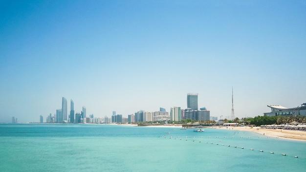 Панорамный вид на горизонт абу-даби. объединенные арабские эмираты.