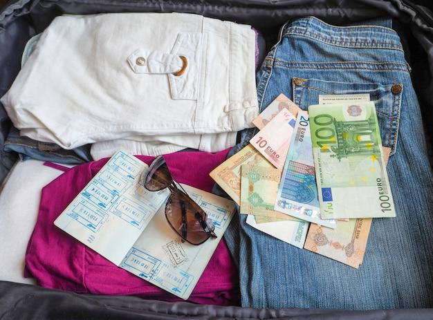スーツケースの中のもの。旅行前に集めたアイテムをスーツケースに入れます。旅行のコンセプト。