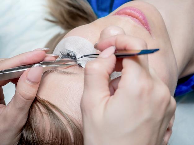 Создать объем в ресницах. косметическая процедура наращивания ресниц.