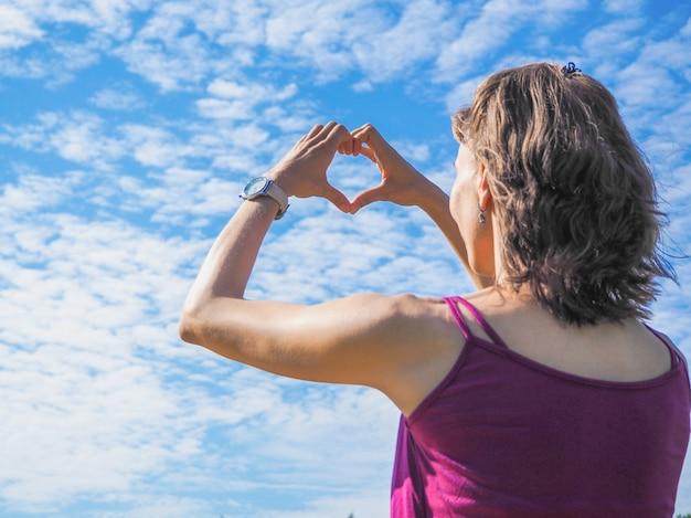 Свободная счастливая женщина наслаждается природой. красота девушки на улице. девушка красотки над небом и солнцем