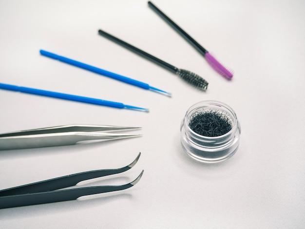 Накладные ресницы и инструменты для наклеивания ресниц.