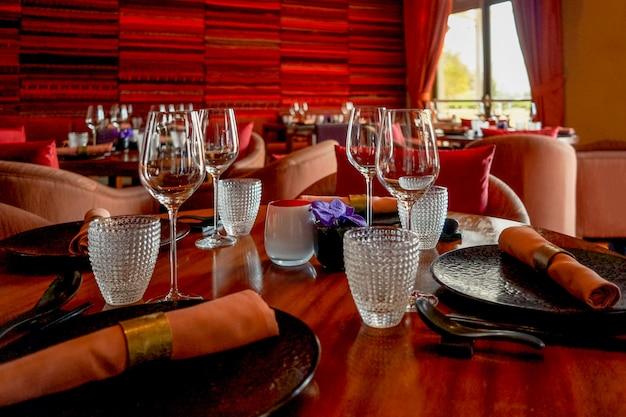 空のワイングラスがテーブルに出されます。インテリアデザインの赤い色。
