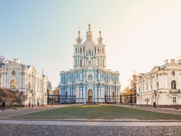 Весенний вид санкт-петербурга. смольный собор. православная церковь. музеи города.
