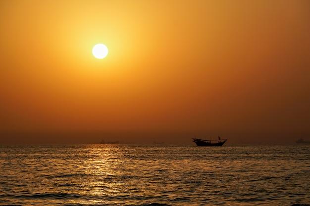 Аджман. закат в персидском заливе. морской пейзаж. эмират аджман.