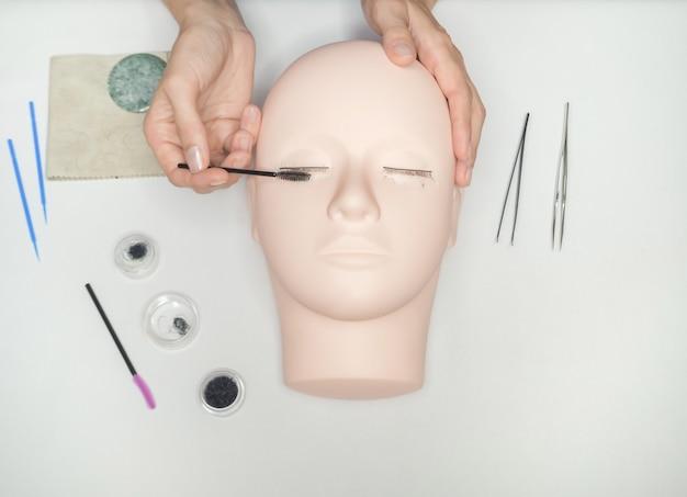 Обучение наращиванию ресниц. работа по окрашиванию ресниц на манекен.