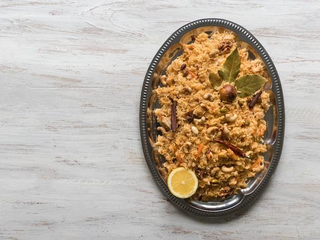 伝統的なアラビア語のバスマティライスと野菜。アラビア料理。野菜ビリヤニ