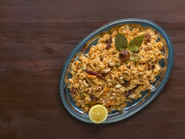 伝統的なアラビア語のバスマティライスと野菜。アラビア料理。野菜ビリヤニ。トップビュー、コピースペース