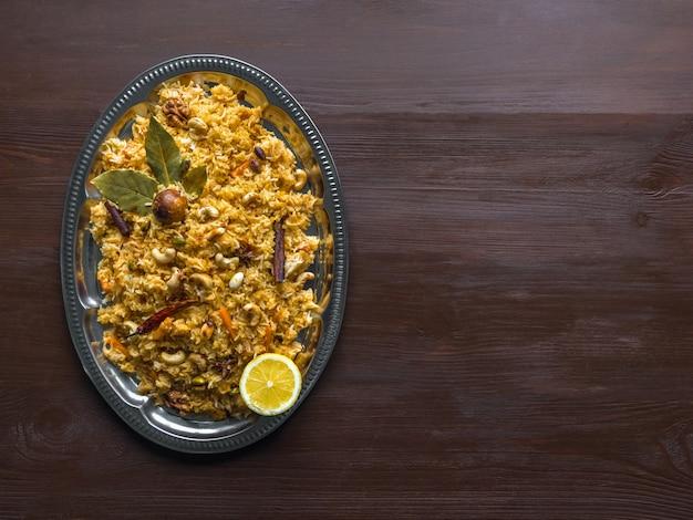 伝統的なインドのベジタリアンビリヤニ。野菜ビリヤニのレシピ。トップビュー、コピースペース