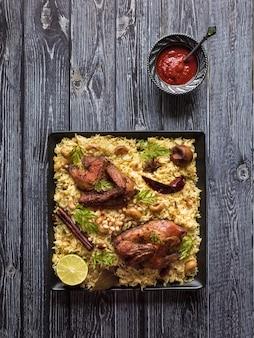 焼き鳥とご飯のお祝い料理。マンディカブサ、イエメンスタイル