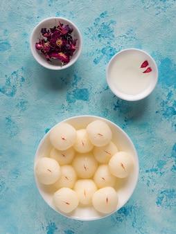 有名なインドの甘い食べ物、スポンジラスガラのお菓子。上面図。