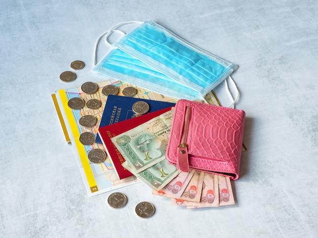 医療用マスク、パスポート、ディルハムのお金が配置されています