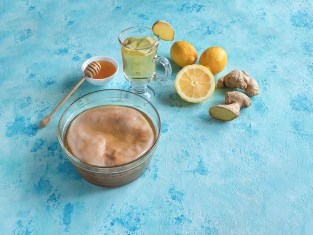 昆布茶菌、しょうがの根、はちみつ、レモン。抗ウイルス飲料。免疫システムの概念を強化する