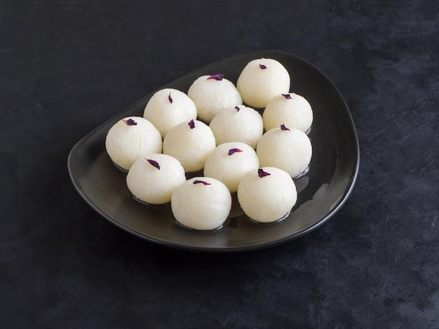 有名なインドの甘い食べ物、スポンジラスガラ菓子。上面図