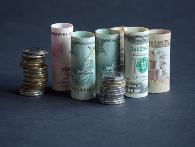 アラビア語のお金ディラム通貨紙幣と硬貨。お金の概念