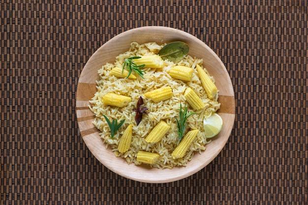 ベビーコーン入りベジタリアンビリヤニ。スパイシーなベビーコーン米。インド料理。