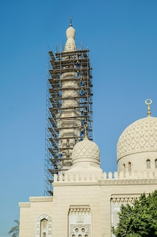 モスクの修理。足場のモスク。ドバイ。