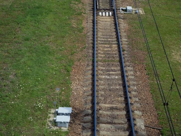 Аэрофотоснимок железнодорожного пути через сельскую местность