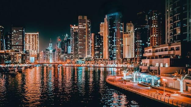Ночной вид на дубай. красивый ночной вид на современный деловой район дубая