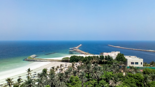 Отпуск, каникулы, пляжная стена. аджман. пейзаж с пляжем на персидском заливе. аджман. оаэ.