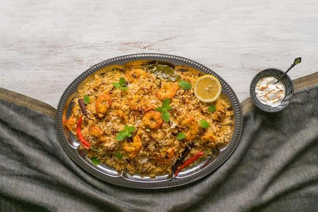 エビとインドのビリヤニ。美味しくて美味しいエビビリヤニ、トップビュー