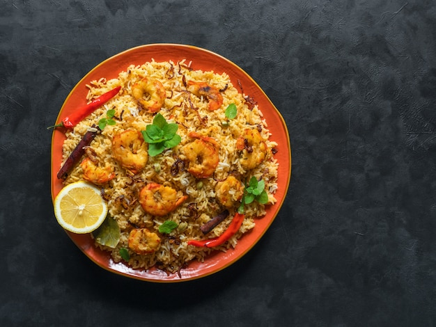 エビと伝統的なインドのビリヤニ。美味しくて美味しいエビビリヤニ、上面図、コピースペース