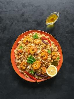エビと伝統的なインドのビリヤニ。美味しくて美味しいエビビリヤニ、トップビュー