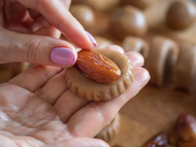 自家製イードデートのお菓子を調理します。アラビア語ラマダンのお菓子