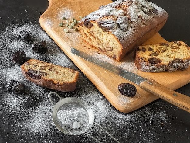 黒いテーブルにクルミと自家製の日付パン