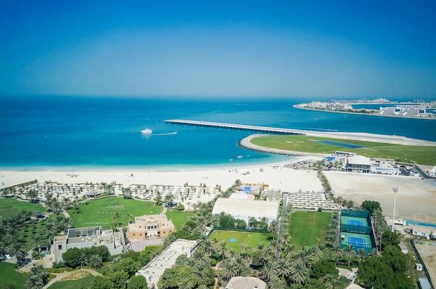 Отпуск, отдых, пляжный столик. дубай. пейзаж с пляжем на персидском заливе. дубай. оаэ.