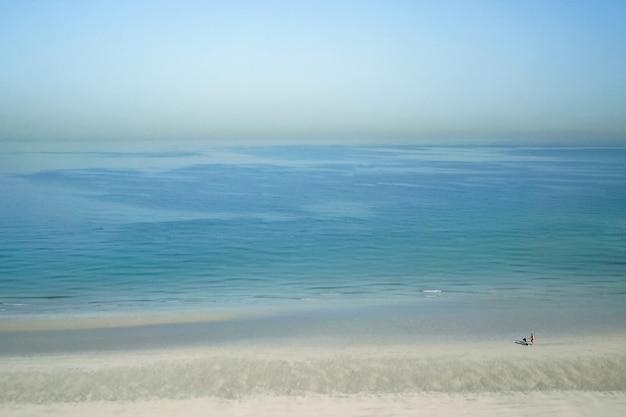 Отпуск, отдых на пляже. пляж в дубае, на берегу персидского залива, вид сверху.