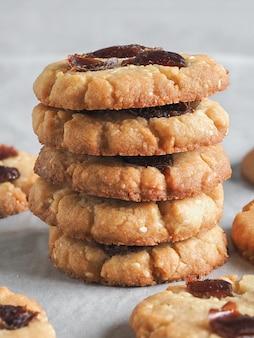 焼きたてのタヒニとゴマ、日付入りクッキー