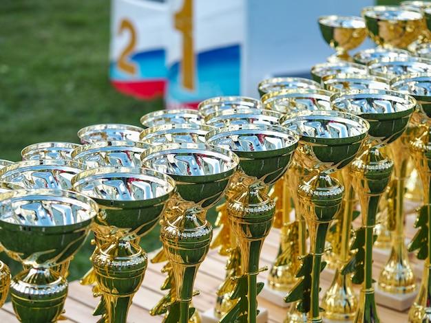 Золотые кубки на столе