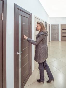 店のドアに触れる女の子