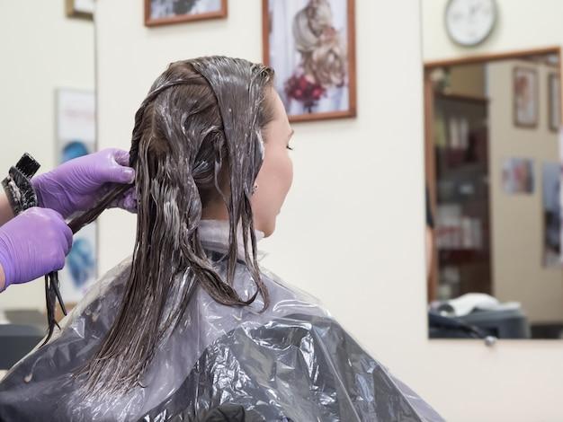 Восстановление длинных волос в салоне красоты. окрашивание волос.