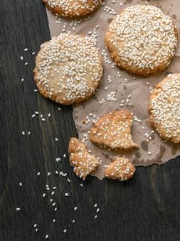 自家製焼きたてのタヒニとゴマのクッキー