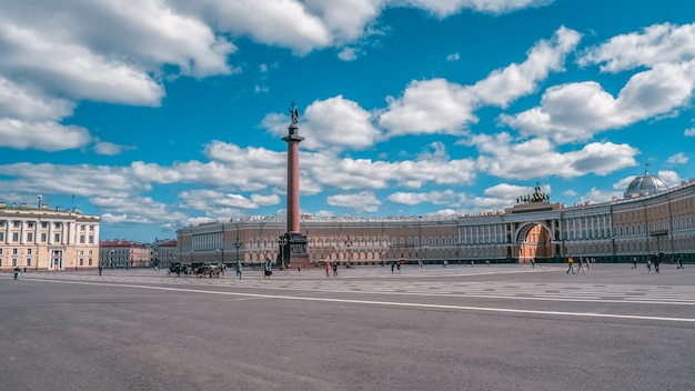 サンクトペテルブルクの宮殿広場の夏のパノラマビュー