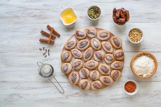 木製のテーブル、トップビューで自家製イードデートのお菓子。