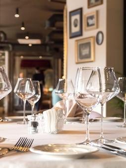 空のワイングラスがテーブルで提供されています