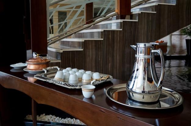 Украшенный стол с арабским кофе.