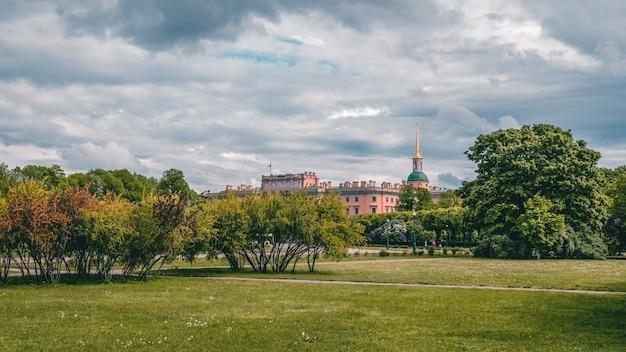 Панорамный вид на летний городской пейзаж в санкт-петербурге. россия.