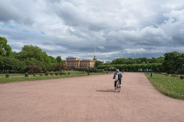 Городские велосипеды. вид на летний городской пейзаж в санкт-петербурге