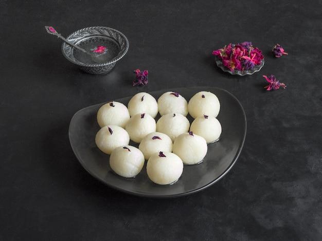 Индийская традиционная сладкая расгулла, крупный план, копия пространства