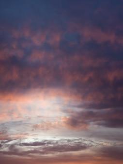 空のサイクロンの形成。夕暮れ時のカラフルな曇り空。空のテクスチャ、抽象的な性質の背景