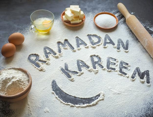 ラマダンカリームの碑文とアラビア菓子の背景。