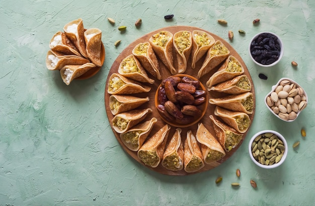 Арабские сладости. арабский блин, фаршированный сладким сыром и фисташками.