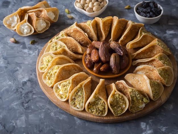 アラブのお菓子。甘いチーズとピスタチオを詰めたアラビアのパンケーキ。